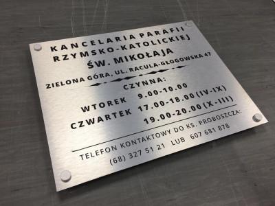 Tabliczka z alubond - srebrne szczotkowane aluminium na dystansach aluminiowych